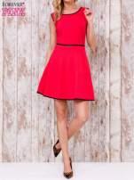 Czerwona sukienka skater z satynową lamówką                                  zdj.                                  4