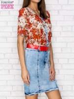 Czerwona sukienka w kwiaty z jeansowym dołem i paskiem                                  zdj.                                  3