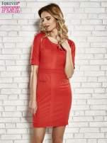 Czerwona sukienka z aplikacją na kieszeniach                                  zdj.                                  1