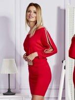 Czerwona sukienka z biżuteryjnymi wstawkami i wycięciami                                   zdj.                                  5