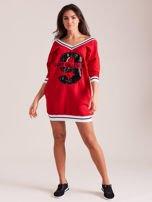 Czerwona sukienka z cekinową cyfrą                                   zdj.                                  4