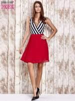Czerwona sukienka z kopertowym dekoltem w pasy