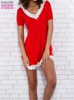 Czerwona sukienka z koronkowym wykończeniem                                  zdj.                                  4