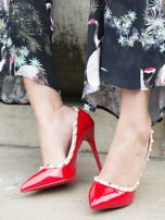 Czerwone lakierowane szpilki z ozdobnymi ćwiekami dookoła cholewki                                  zdj.                                  4