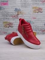 Czerwone skórzane buty slip on Tracy ze złotym suwakiem i napisem                                  zdj.                                  4
