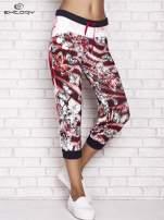 Czerwone spodnie capri z nadrukiem motyli                                                                          zdj.                                                                         1
