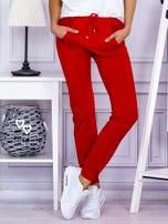 Czerwone spodnie dresowe z kieszonką z przodu                                  zdj.                                  1