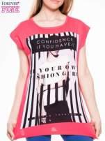 Czerwony t-shirt z nadrukiem kobiety w stylu fashion                                  zdj.                                  4