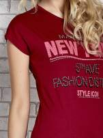 Czerwony t-shirt z napisem FASHION DISTRICT z dżetami                                  zdj.                                  5