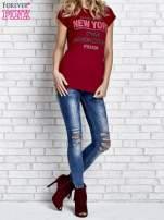 Czerwony t-shirt z napisem FASHION DISTRICT z dżetami                                  zdj.                                  4