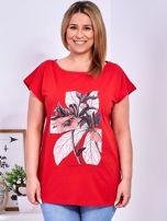 Czerwony t-shirt z roślinnym motywem PLUS SIZE                                  zdj.                                  1