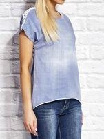 Denimowy t-shirt z koronkowymi wstawkami niebieski                                  zdj.                                  3