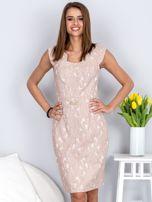 Dopasowana beżowa sukienka z kwiatową fakturą                                  zdj.                                  1