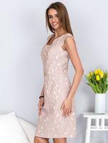 Dopasowana beżowa sukienka z kwiatową fakturą                                  zdj.                                  3