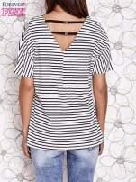 Ecru t-shirt w paski z ozdobnym dekoltem na plecach                                                                          zdj.                                                                         4