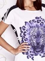 Ecru t-shirt z fioletowym zwierzęcym nadrukiem i pasiastym tyłem                                  zdj.                                  5