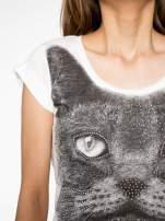 Ecru t-shirt z grafiką kota zdobioną dżetami                                  zdj.                                  5