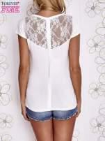 Ecru t-shirt z kieszonką i koronkowym tyłem                                  zdj.                                  4