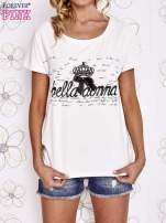 Ecru t-shirt z ozdobnym napisem i kokardą                                  zdj.                                  1