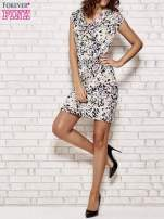 Ecru wzorzysta sukienka z drapowaniem                                                                          zdj.                                                                         2