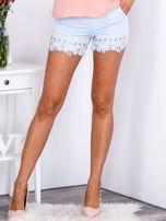 Eleganckie jasnoniebieskie szorty z ozdobną nogawką                                  zdj.                                  1