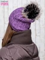Fioletowa czapka z warkoczowym splotem i futrzanym pomponem                                                                          zdj.                                                                         3