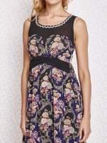 Fioletowa kwiatowa sukienka maxi z biżuteryjnym dekoltem                                  zdj.                                  5