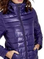 Fioletowa puchowa kurtka z błyszczącego materiału z kapturem                                  zdj.                                  5