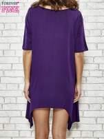 Fioletowa sukienka z wydłużanymi bokami                                  zdj.                                  4