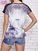 Fioletowy t-shirt w panterkę z koronkowymi rękawami                                  zdj.                                  2