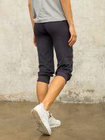 Grafitowe spodnie capri z aplikacją                                  zdj.                                  3