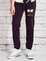 Grafitowe spodnie dresowe dla dziewczynki z napisem WEEOOW                                  zdj.                                  1