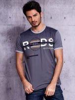 Grafitowy t-shirt męski z napisami                                  zdj.                                  1