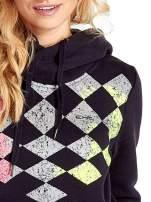 Granatowa bluza sportowa z kapturem i nadrukiem w romby                                  zdj.                                  5
