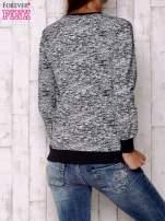 Granatowa bluza z literowym nadrukiem