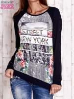 Granatowa bluza z miejskim nadrukiem                                  zdj.                                  1