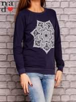 Granatowa bluza z ornamentowym nadrukiem                                  zdj.                                  3