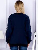Granatowa bluza z tekstową taśmą na rękawach                                  zdj.                                  2