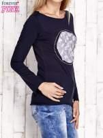 Granatowa bluzka z kwiatową aplikacją i surowym wykończeniem                                  zdj.                                  3