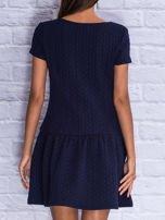 Granatowa fakturowana sukienka z obniżoną talią