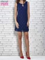 Granatowa koronkowa sukienka z wiązaniem przy dekolcie                                  zdj.                                  4