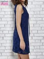 Granatowa koronkowa sukienka z wiązaniem przy dekolcie                                  zdj.                                  3