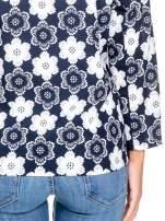 Granatowa koszulonarzutka we wzór w kwiaty