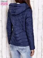 Granatowa pikowana kurtka z jasnym wykończeniem                                                                          zdj.                                                                         4
