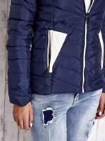 Granatowa pikowana kurtka z jasnym wykończeniem                                                                          zdj.                                                                         6