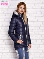 Granatowa pikowana kurtka z kontrastowymi suwakami                                  zdj.                                  3