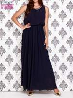 Granatowa sukienka maxi z łańcuchem przy dekolcie