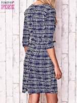 Granatowa sukienka w graficzne wzory z rękawem 3/4                                  zdj.                                  4