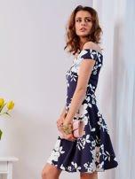 Granatowa sukienka w kontrastowe kwiaty                                  zdj.                                  2