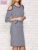 Granatowa sukienka w paski z wycięciami na ramionach                                  zdj.                                  3